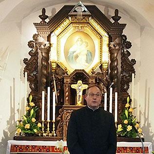 Klaus Rennmann im Mitgründerheiligtum (Foto: Gehrlein)
