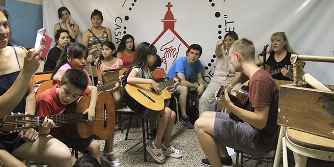 Ein Angebot für die Kinder: Sie können bei Matthias Gitarre spielen lernen (Foto: MeinWeg.org)