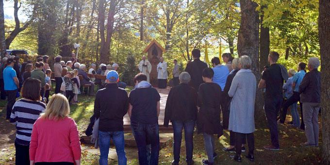 Eine große Festgemeinde am Bildstock (Foto: Fella)