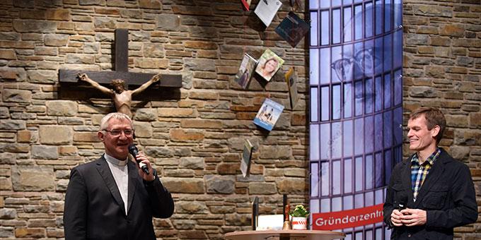 Pater Ludwig Güthlein stellt Moderator Bernhard Irsch vor (Foto: Kröper)