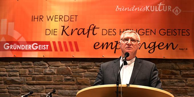 Pater Ludwig Güthlein, Leiter der Schönstatt-Bewegung Deutschland eröffnet das Oktober-Treffen 2017(Foto: Kröper)