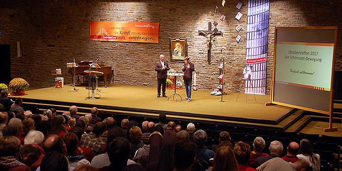 Ein Blick in die Aula der Anbetungskirche (Foto: Brehm)