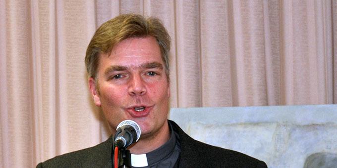 Dr. Christian Löhr spricht über den praktisch erlebten Vorsehungsglauben (Foto: Karl Wolf)