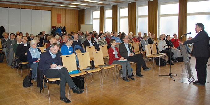 Knapp 100 Personen aus fast 50 in Deutschland aktiven Initiativen, Gemeinschaften und Bewegungen beim Miteinander-Tag am 12 Dezember 2017 in Würzburg (Foto: Brehm)