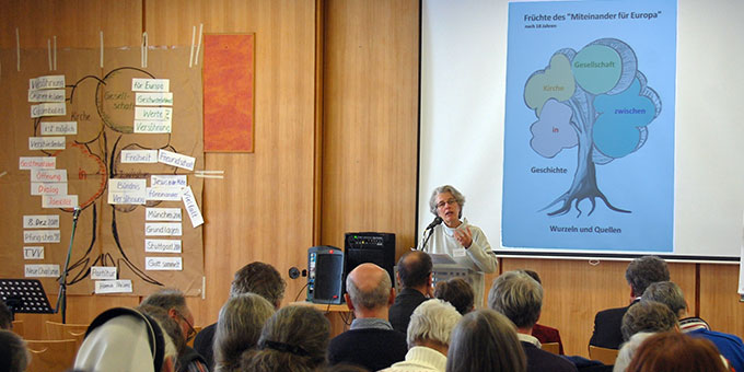 """Sr. M. Vernita Weiss, Schönstatt-Bewegung, stellt Früchte des """"Miteinander für Europa"""" nach 18 Jahren vor (Foto: Brehm)"""