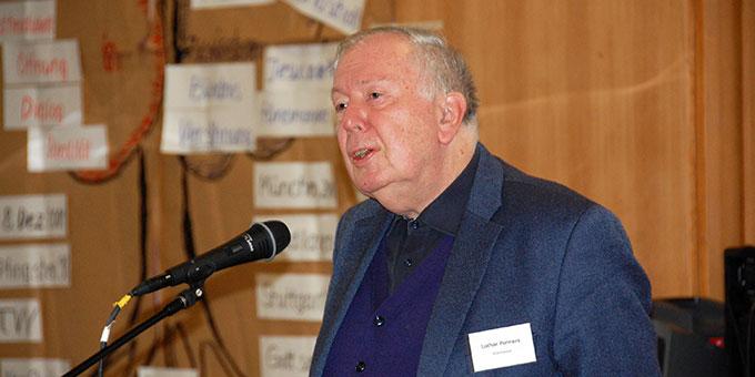 Pater Dr. Lothar Penners bei der Verkündigung über Jesaia 55 zum Abschluss der Begegnung (Foto: Brehm)