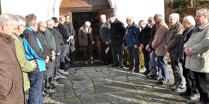 Die Männer stehen für den Weihekandidaten Spalier. (Foto: Bradler)