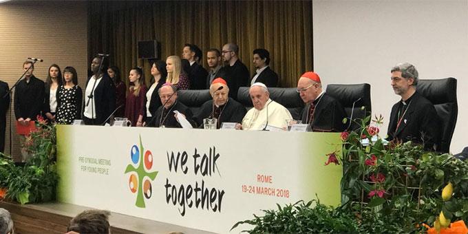 Begegnung der Delegierten mit Papst Franziskus. Auf dem Podium ganz rechts, Schönstatt-Pater Awi Mello, Sekretär im Dikasteriums für Laien, Familie und Leben (Foto: twitter.com/synod2018)
