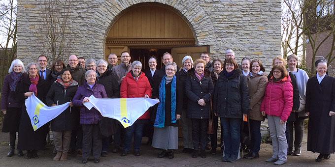 Ein Foto der ganzen Gruppe vor dem Schönstatt-Heiligtum in Münster (Foto: Wanschura)