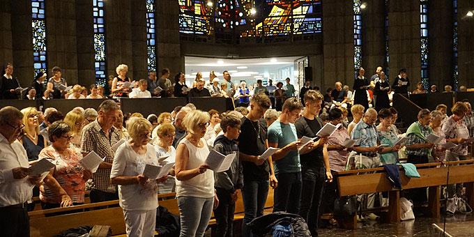 Eine volle Kirche empfängt den neuen Weihbischof (Foto: Karten)