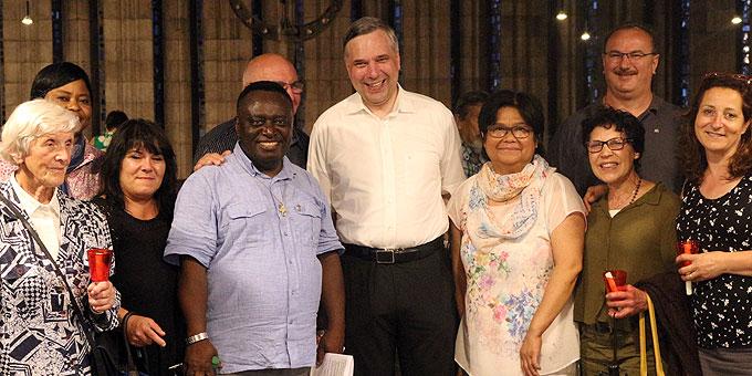 Für die Gruppe philippinischer Christen stellt sich der Weihbischof gerne zum Fototermin auf (Foto: Jung)