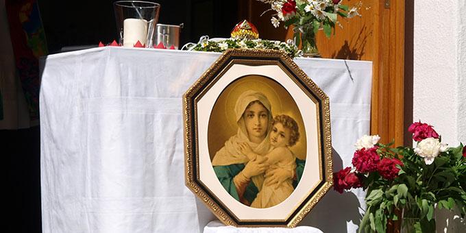 Gnadenbild der Dreimal Wunderbaren Mutter und Königin von Schönstatt und auf dem Altar die Krone (Foto: Hosters)