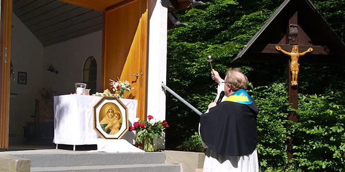 Segnung von Gnadenbild und Krone durch Propst Hubertus Böttcher (Foto: Hosters)