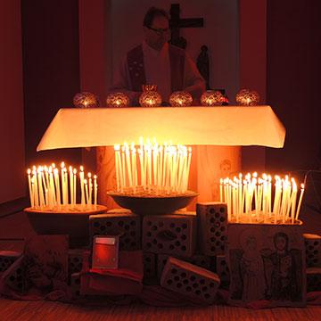 Jede Kerze steht für persönliche Bitten und Anliegen (Foto: M. Schindler)
