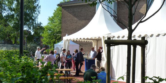 Der Stand hatte seinen Platz im Hof der Marienschule (Foto: Leibold)
