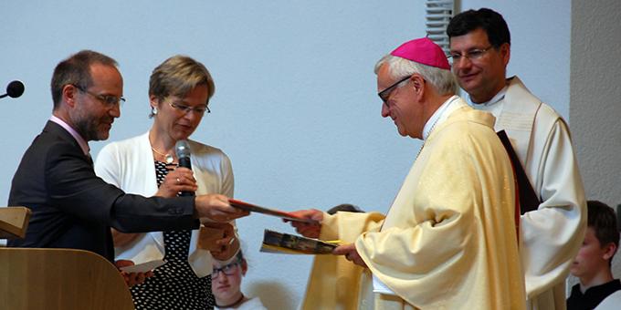 Ehepaar Manuela und Peter Miller dankten Erzbischof Koch und überreichten ihm Je ein Exemplar der Zeitschrift der Familienbewegung und des Sammelbandes der Ehepaar-Newsletter sowie eine Kerze, mit dem Versprechen, in seinen Anliegen zu beten (Foto: Brehm)