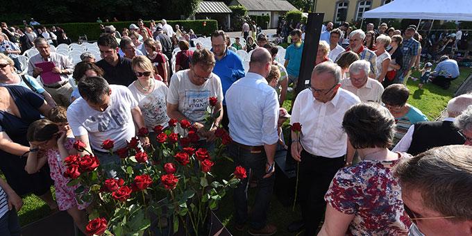 Bei der Liebesbündnisfeier bringen die Familien Rote Rosen zum Marienbild (Foto: Kröper)