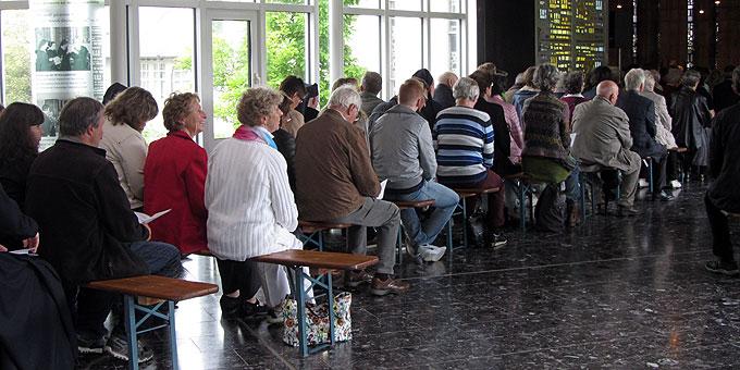 Auch die Vorhalle der Kirche ist gefüllt (Foto: Lämmle)
