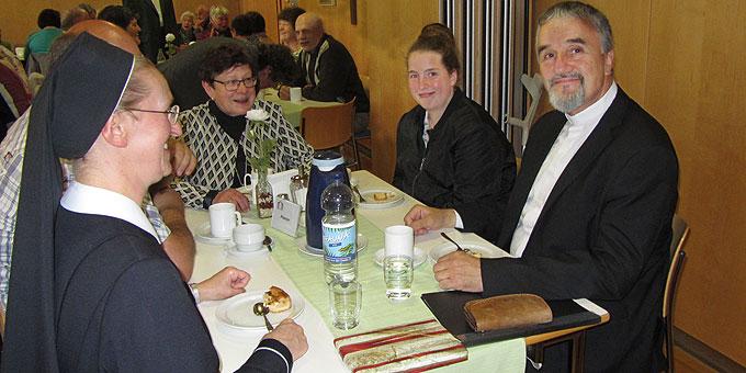 Weihbischof Renz nimmt sich Zeit – zum Kaffeetrinken und zu Gesprächen (Foto: Lämmle)