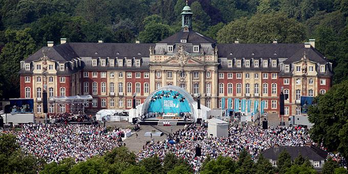 30.000 bei der Abschlussmesse auf dem Schlossplatz (Foto: katholikentag.de)