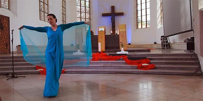 Die evangelische Pfarrerin Melanie Erben tanzt das Magnificat bei der ökumenischen Marienfeier des Katholikentages in Münster (Foto: McClay)
