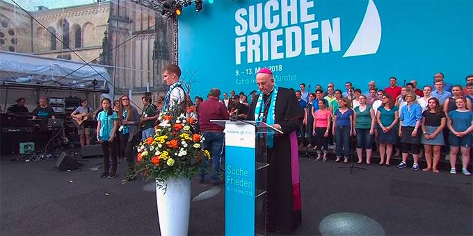 Die Teilnehmer beten zusammen mit Bischof Felix Genn, Münster, und einigen Jugendlichen das Katholikentagsgebet um Frieden (Foto: katholikentag.de)