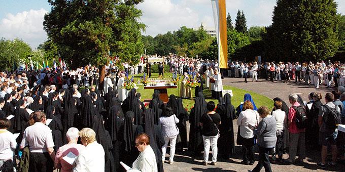 1200 Teilnehmerinnen und Teilnehmer bei der Fronleichnamsprozession auf Berg Schönstatt in Vallendar (Foto: S-MS)