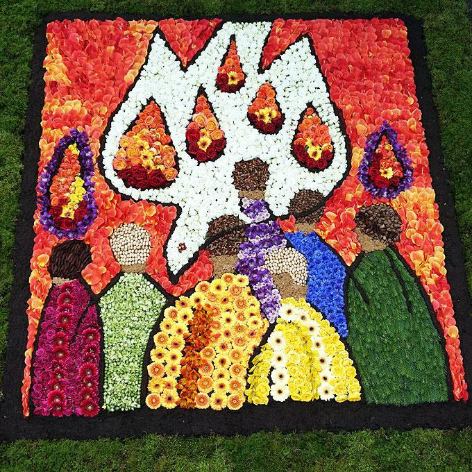 Die Kraft empfangen: Motiv der Geisttaube durchzieht die Symbolik der Blumenteppiche (Foto: Karten)