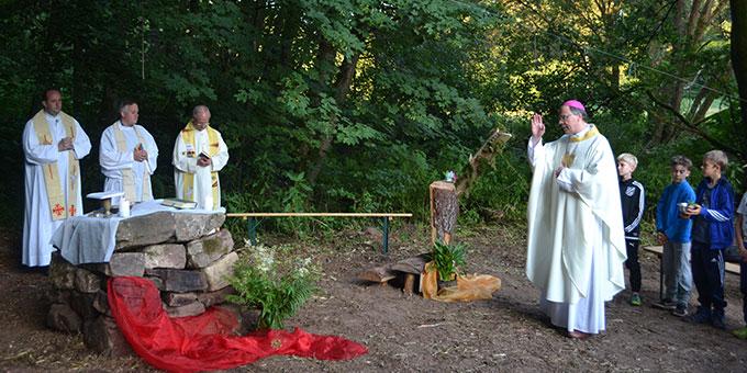Bischof Dr. Stephan Ackermann segmet das Lagerheiligtum und den Zeltplatz der SMJ Trier in der Näche der Abtei Himmerod (Foto: A. Paul)