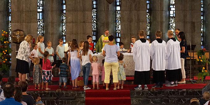 Erlebniselement: Vaterunser um den Altar versammelt (Foto: Carten)