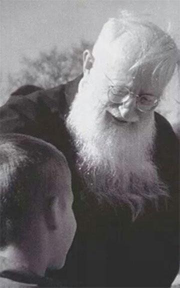 Pater Josef Kentenich mit einem Kind (Foto: Archiv)