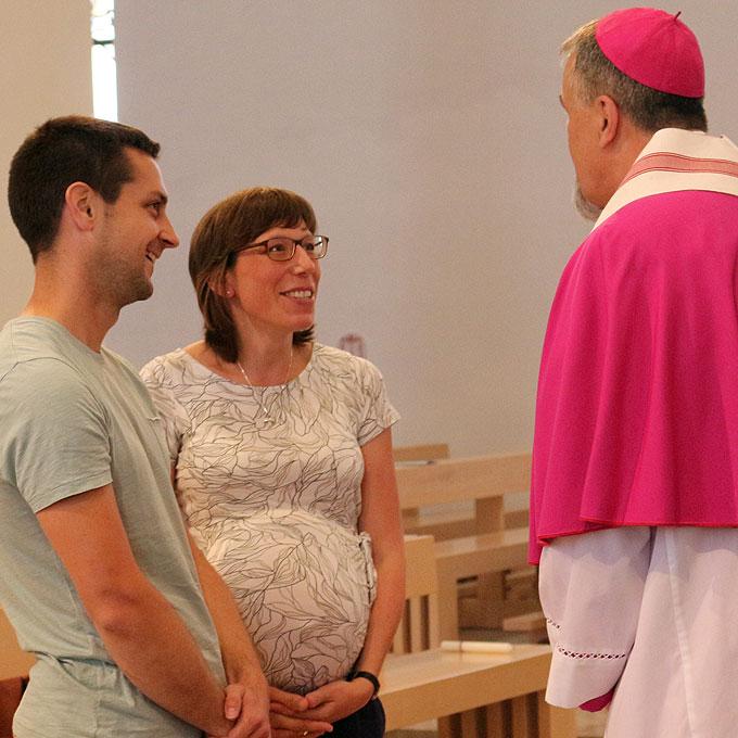 Sehr persönlich wendet sich Weihbischof Renz den Paaren zu (Foto: Jung)
