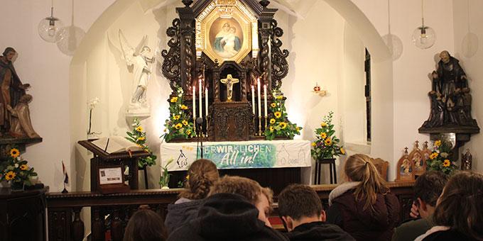 Zeit fürs Gebet im Urheiligtum (Foto: NdH)