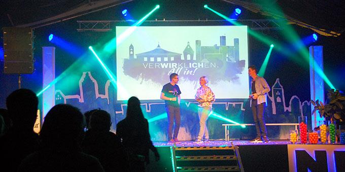 David (links) spricht über die Entstehung des Motto-Songs (Foto: Brehm)