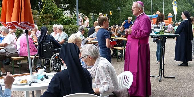 Mittendrin der Weihbischof (Foto: Schroeder)