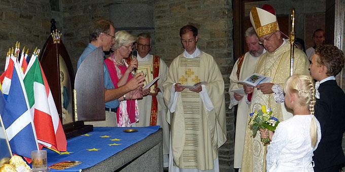 Beginn des feierlichen Pontifikalamtes in der Gründergedächtnisstätte (Foto: Schroeder)