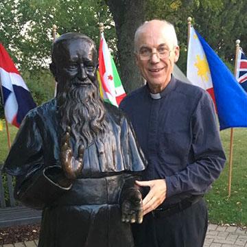 "Dr. Rainer Birkenmaier an der ""Vater-Statue"" in Milwaukee, USA (Foto: privat)"