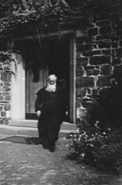 Pater Josef Kentenich am Eingang zum Bundesheim (Foto: Archiv)