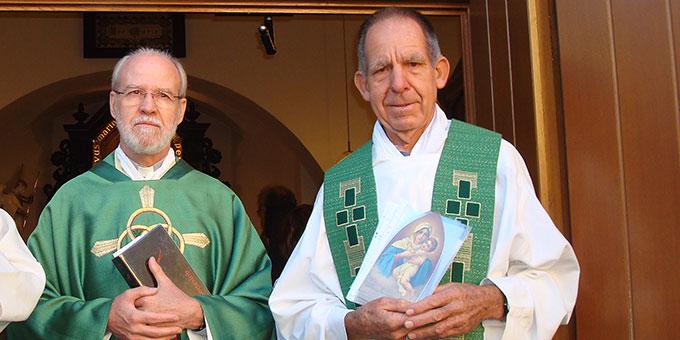 Alois Baumberger (rechts mit den Bildern der Pilgernden Gottesmutter) und Pater Antonio Bracht nach der Aussendungsfeier am 18. September 2018 im Urheiligtum (Foto: M.Munz)