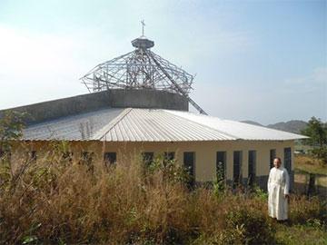 Am Begegnungs-, Schulungs- und Wallfahrt-Zentrum Marza entsteht derzeit eine große Kirche (auf dem Foto die Werktagskapelle) in deren Hauptschiff derzeit ein großes Schönstätter Marienbild hängt (Foto: Adaroung)