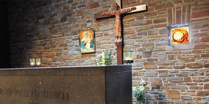Das Fenster steht im Kontext von Marienbild und Krone, Kreuz und Vatersymbol, Sarkophag und Teppich am Sterbeort und ergänzt die ikonografische Gesamtbotschaft mit der pfingstlichen Zukunftsverheißung (Foto: Filmausschnitt)