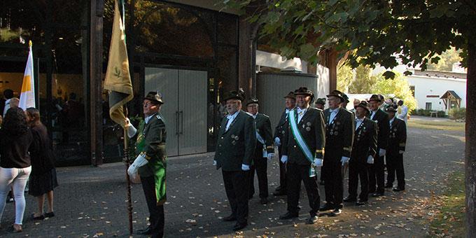 Eine Abordnung der Vallendarer Schützengesellschaft war beim Einzug dabei (Foto: Brehm)
