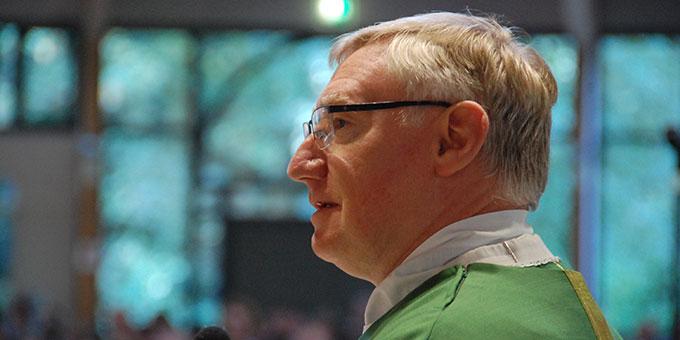 Pater Ludwig Güthlein, Leiter der Schönstatt-Bewegung Deutschland bei der Begrüßung (Foto: Brehm)