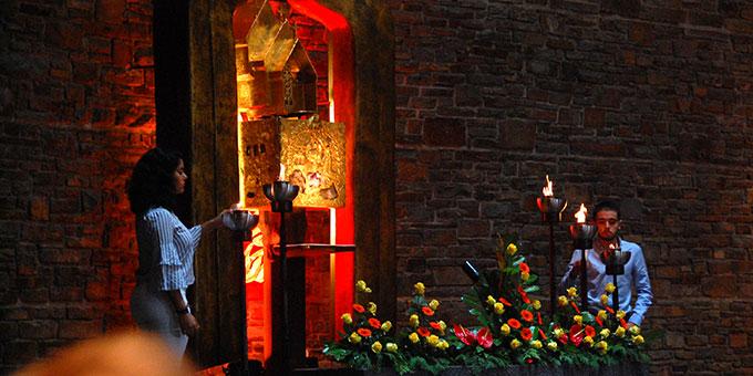 Fünf Feuerschalen, die für die fünf Kontnente stehen, werden bei der internationalen Feier in der Anbetungskirche Berg Schönstatt entzündet (Foto: Brehm)