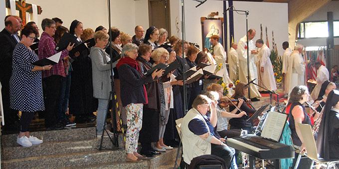 Ein Projektchor und Musiker unter der Leitung von Schwester M. Tabea Platzer hatten die musikalische Gestaltung übernommen (Foto: Brehm)