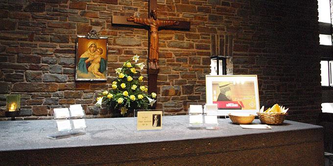 Besinnung und Begegnung am Grab Pater Josef Kentenichs (Foto: s-ms)