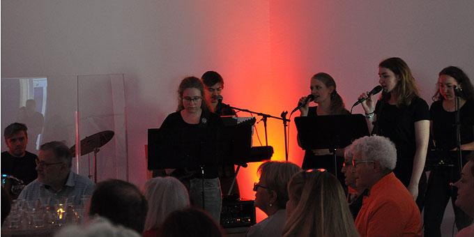 "Jugendband ""Sound of us"" gestaltet den Lobpreis (Foto: LH)"