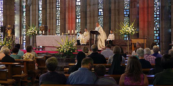 Festmesse in einer gefüllten Krönungskirche (Foto: LH)