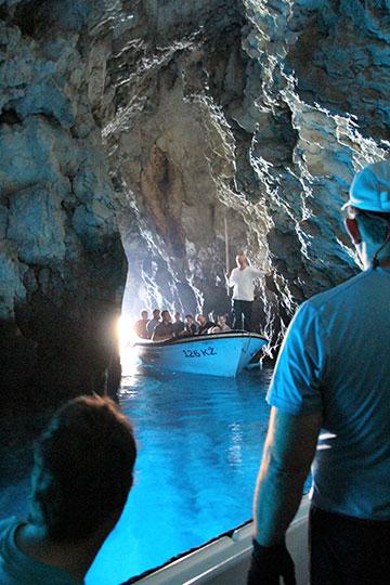 Besuch in der geheimnisvollen blauen Grotte (Foto: M. Horwarth)