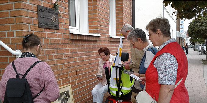 Am Haus Bielefelder Straße 12 in Bad Lippspringe erinnert eine Tafel an Gertraud von Bullion (Foto: Windoffer)